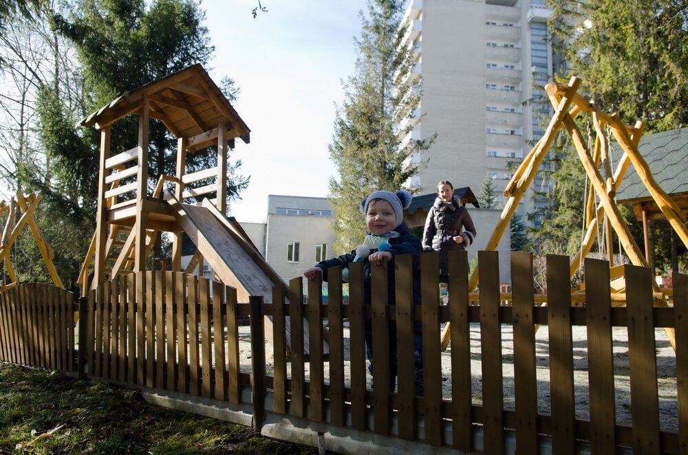 Дитячий майданчик - Санаторій Молдова, Трускавець