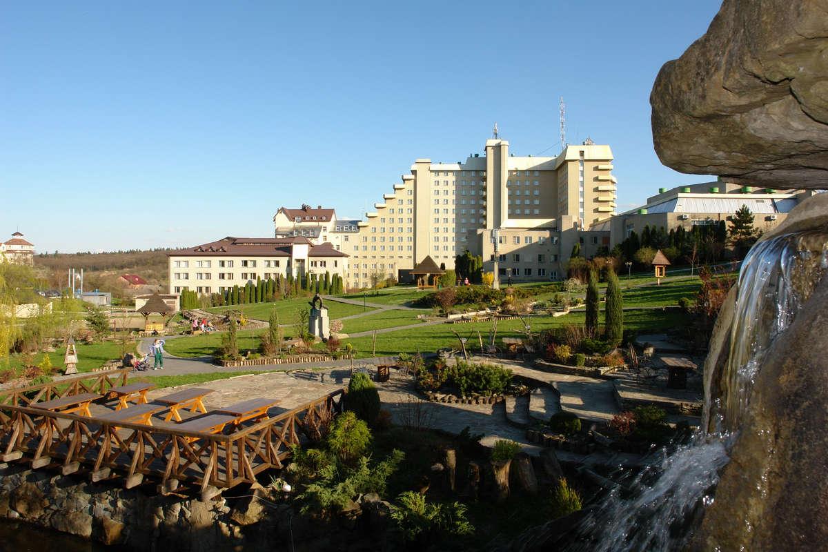 Санаторий Карпаты, Трускавец - територия, водопад
